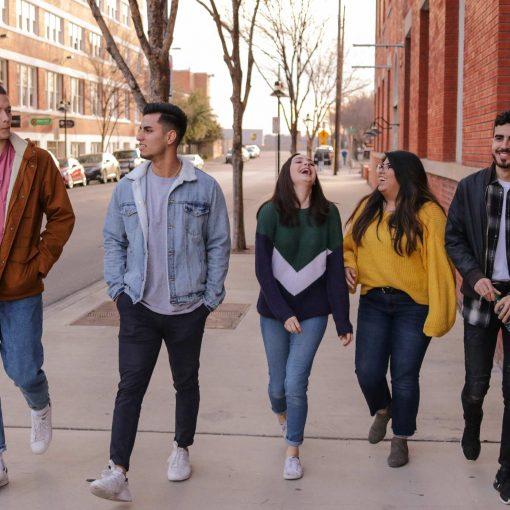 giovani camminano per la strada